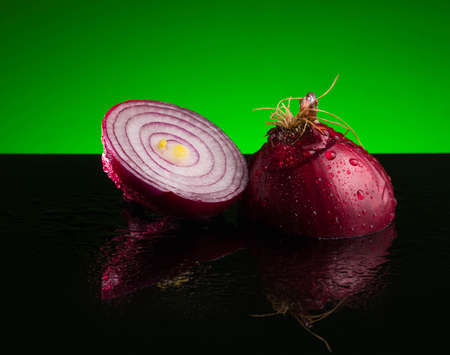 Red sliced onion spice, slice, cut, raw, food, ingredient half plant organic white fresh vegetarian drops Imagens - 101250516