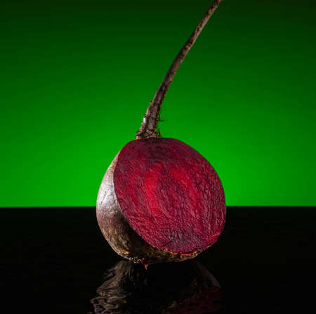 Fresh organic beet, beetroot. Grey rustic wooden background. Close up Imagens - 101285952