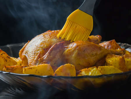 roasted chicken and potatoes on glass plate ood, poultry, cooked, baked, dinner, smoke aroma Imagens - 101250531