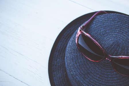 chapeau de paille: chapeau et des lunettes de soleil de paille Vintage Banque d'images