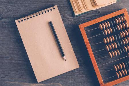 暗い背景に古い木製のそろばん。簿記、ビジネスやお金を節約の概念