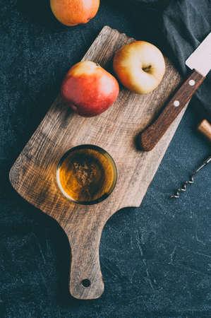 애플 사과 쥬 스 어두운 돌 배경에 유리 및 신선한 사과. 세로 자르기