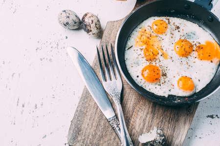 초라한 배경 위에 나무 보드에 계란을 으깬. 텍스트를위한 공간입니다. 아침 컨셉