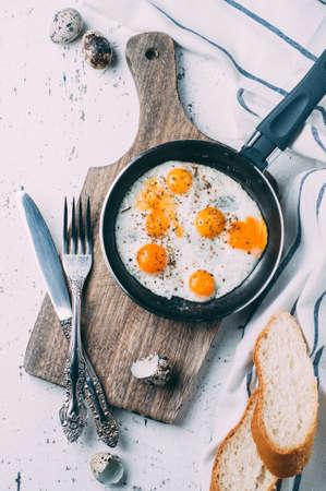 초라한 배경 위에 나무 보드에 계란을 으깬. 세로 자르기. 아침 컨셉 스톡 콘텐츠