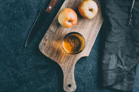 애플 사과 쥬 스 어두운 돌 배경에 유리 및 신선한 사과. 텍스트 또는 디자인을위한 공간을 복사