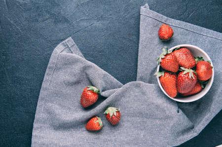 어두운 배경에 익은 딸기