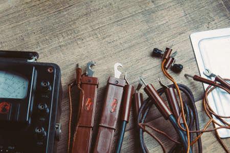 Herramientas viejas para electricista Foto de archivo - 79389399
