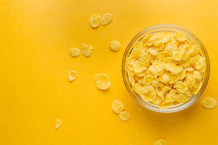 콘플레이크는 노란색 배경입니다. 아침 컨셉