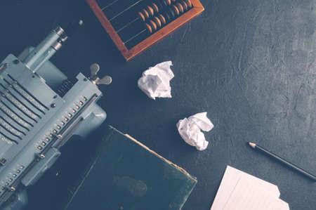Die alte Rechenmaschine und der hölzerne Abakus. Das Konzept der Rechnungslegung Standard-Bild - 79389858
