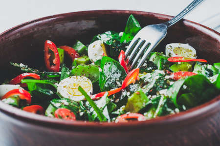 시금치 샐러드, 아보카도, 붉은 고추 메 추 라 기 계란 접시에. 다이어트 또는 건강한 먹는 개념