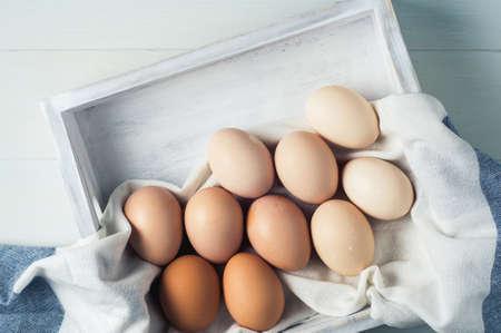 흰색 배경에 흰색 나무 상자에 닭고기 달걀 스톡 콘텐츠