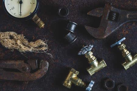 오래 된 렌치와 물 게이트 녹슨 철 배경