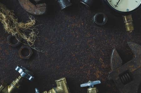 Alte Schraubenschlüssel und Wasser Tore auf einem rostigen Eisen Hintergrund Standard-Bild