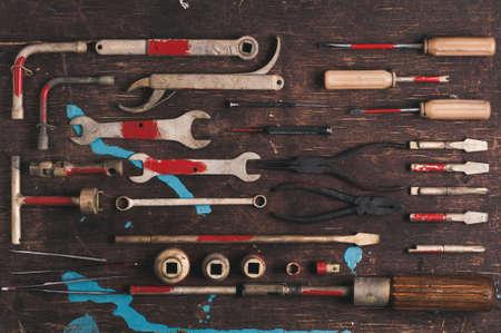 Een reeks oude hulpmiddelen voor de professionele werktuigkundige over oude houten achtergrond