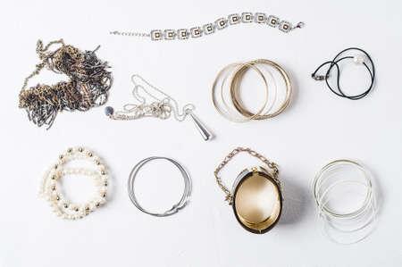흰색 콘크리트 배경에 패션 여성 보석 스톡 콘텐츠