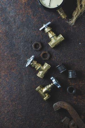 Oude moersleutels en waterpoorten op een roestige ijzeren achtergrond