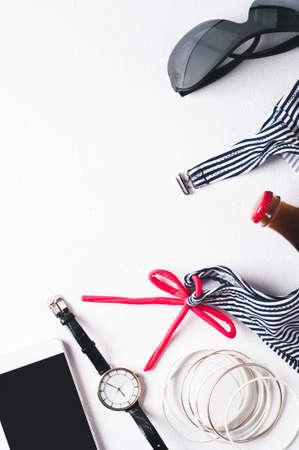 복고 스타일 스트라이프 수영복 및 패션 액세서리 흰색 콘크리트 배경에 스톡 콘텐츠