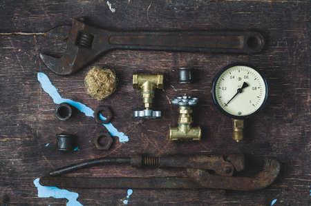 Oude moersleutels en water poorten op een oude houten achtergrond Stockfoto