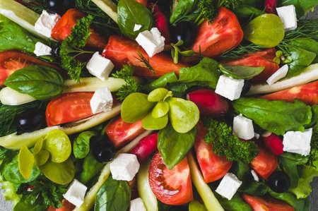 ボウルにレタス、トマト、オリーブ、フェタチーズのフレッシュ チーズ 写真素材
