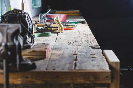 Herramientas en el banco de trabajo del viejo taller Foto de archivo - 84410417