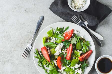 灰色のセラミック プレートでフレッシュ トマト サラダ。ダイエットやきれいな概念を食べる 写真素材