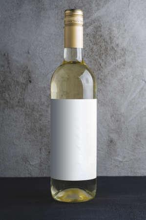 콘크리트 배경에 흰색 레이블 와인 병. 브랜드 이름 모의
