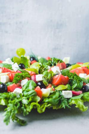 그릇에 신선한 양상추, 토마토, 올리브 및 죽은 태아의 치즈 스톡 콘텐츠