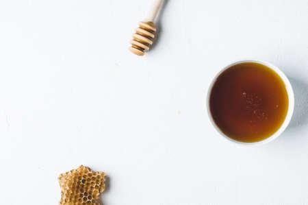 Verse honing in een witte kop op een witte concrete achtergrond