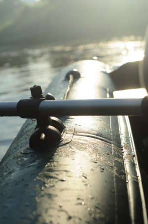 Groene opblaasbare boot van een rivier. Concept van raften of expeditie Stockfoto