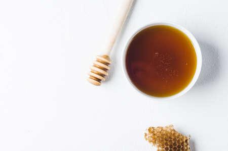 コンクリート、白地に白いカップの新鮮な蜂蜜