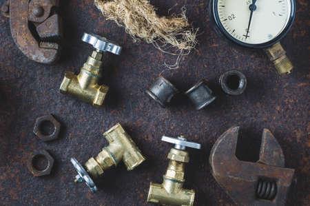 Llaves antiguas y puertas de agua sobre un fondo de hierro oxidado Foto de archivo - 83875786
