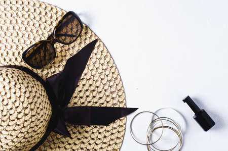 여자 모자와 흰색 배경에 선글라스