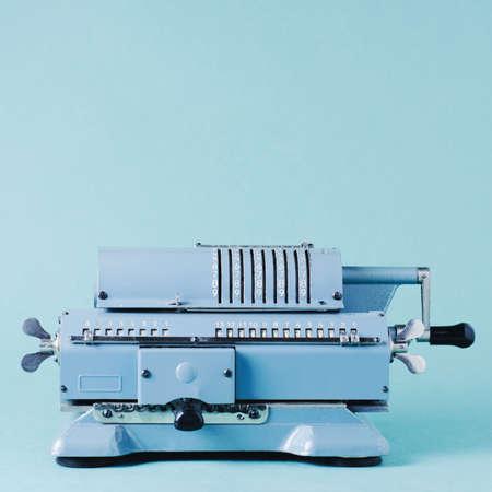 Alte Rechenmaschine auf einem grünen Hintergrund. Buchhaltung oder Geschäftskonzept Standard-Bild - 84743983