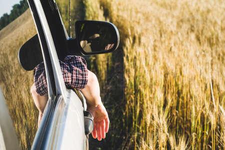 スポーツ ユーティリティ車の女性が窓の外に見える