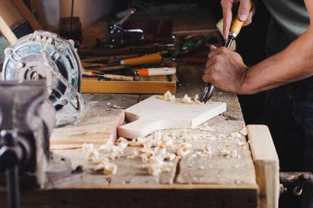 Carpenter con strumenti al lavoro nel laboratorio Archivio Fotografico - 84807482