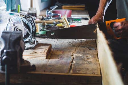 Carpentiere con strumenti al lavoro in officina Archivio Fotografico - 84897068