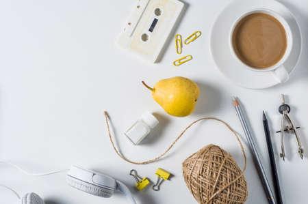 Tasse Kaffee mit Milch und kreatives Zubehör auf weißem Hintergrund Standard-Bild - 85573963
