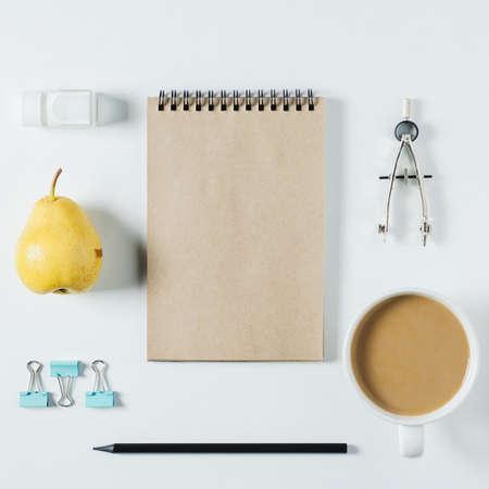 Notizbuch, Kaffee und Büroartikel auf weißem Hintergrund Standard-Bild - 85573975