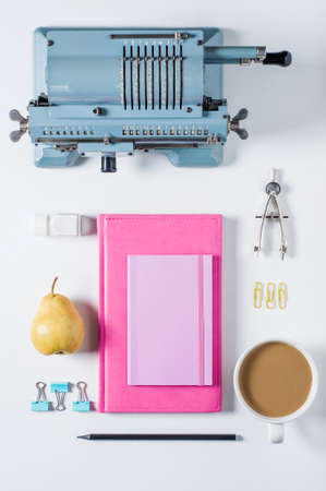 Alte Rechenmaschine, Notizbuch und Briefpapier auf weißem Hintergrund Standard-Bild - 85573980