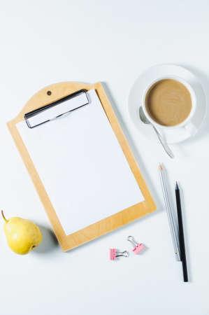Notizbuch, Kaffee und Büroartikel auf weißem Hintergrund Standard-Bild - 85573982