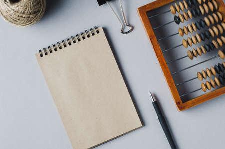 Alter hölzerner Abakus auf grauem Hintergrund. Das Konzept der Buchhaltung, Wirtschaft oder Geld sparen Standard-Bild - 85574018
