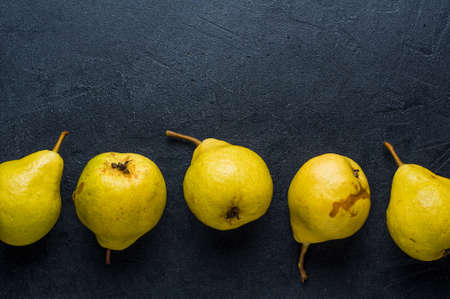 Rijpe gele peer op een donkere achtergrond