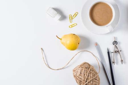 白い背景にミルクと創造的なアクセサリーとコーヒーのカップ 写真素材