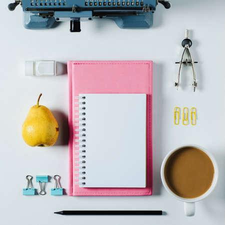 Alte Rechenmaschine, Notizbuch und Briefpapier auf weißem Hintergrund Standard-Bild - 93533744