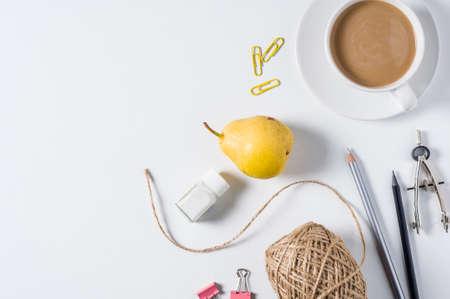 Tasse Kaffee mit Milch und kreatives Zubehör auf weißem Hintergrund Standard-Bild - 85720803