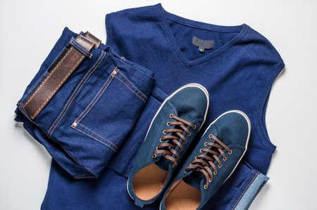 Modieuze herenkleding. Jeans en schoenen op lichte achtergrond Stockfoto