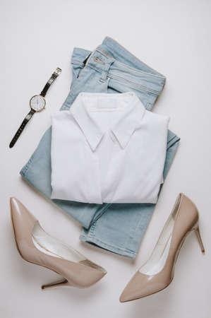 Damenbekleidung auf hellem Hintergrund. Flache Lage und Draufsicht Standard-Bild