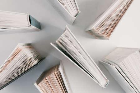 Pile de livres sur fond clair Banque d'images