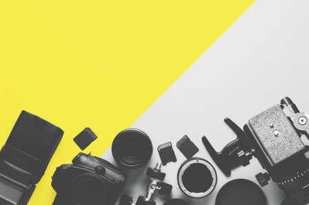 Fotocamera digitale, obiettivi e attrezzatura del fotografo su sfondo grigio