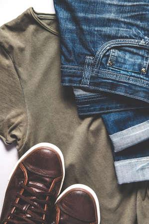 Herrenbekleidung - Jeans, Turnschuhe und T-Shirt. Flache Lage und Draufsicht